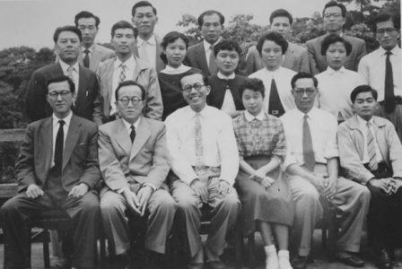 矢口の研究はいつもプロジェクトチーム方式で行われた。国立教育研究所の研究仲間たちと(1950年代後半) 中央が矢口、左隣が盟友飯島篤信